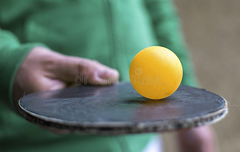 Knacka pongracket som slår en boll Rörelsehandlingbegrepp av bordtennissporten royaltyfria bilder