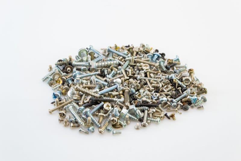 Knackande lätt på skruvar gjorde od att stålsätta, metallskruven, järnskruven, kromskruven, skruvar som en bakgrund, den wood skr royaltyfria bilder