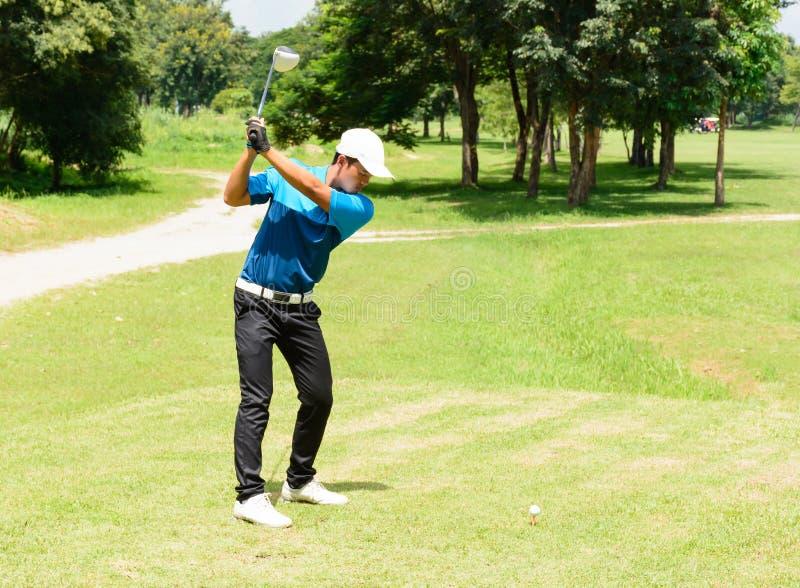 Knap Aziatisch de putgolf van de golfspelersmens stock foto's