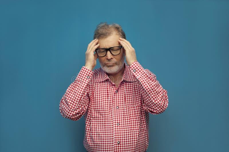 Knap bejaarde die slimme toevallige stijl en oogglazen dragen royalty-vrije stock foto's