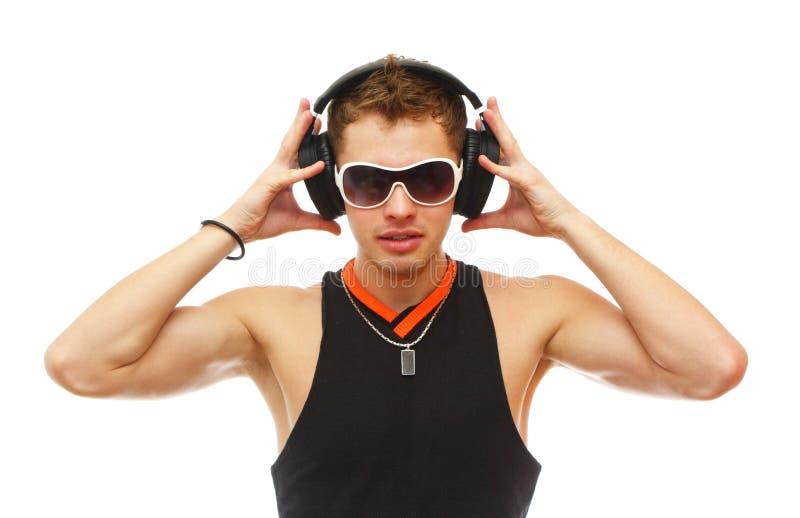 Knap DJ in zonnebril en hoofdtelefoons stock fotografie