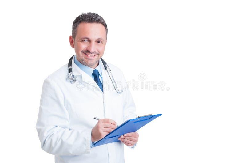 Knap en vriendschappelijk arts of doktersholding klembord stock afbeeldingen