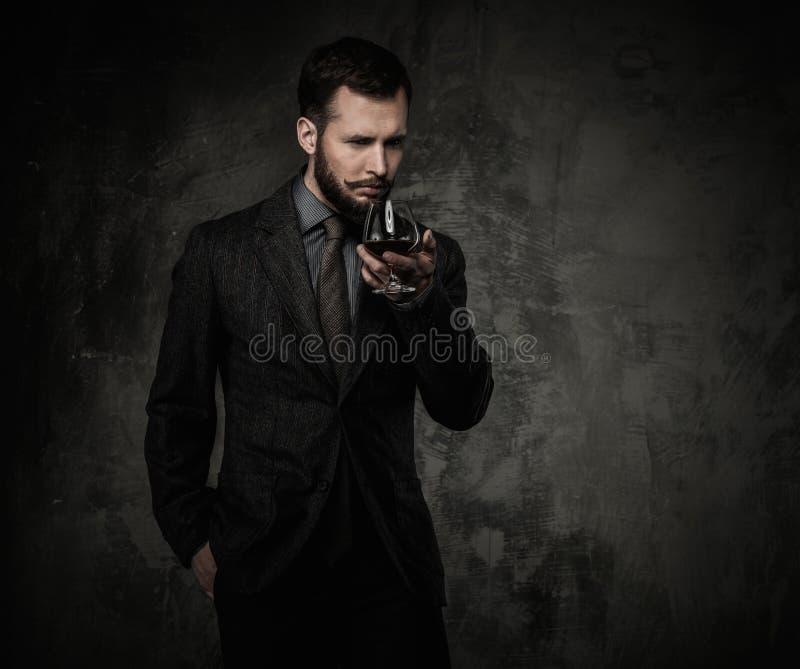 Knap goed-gekleed met drank royalty-vrije stock foto