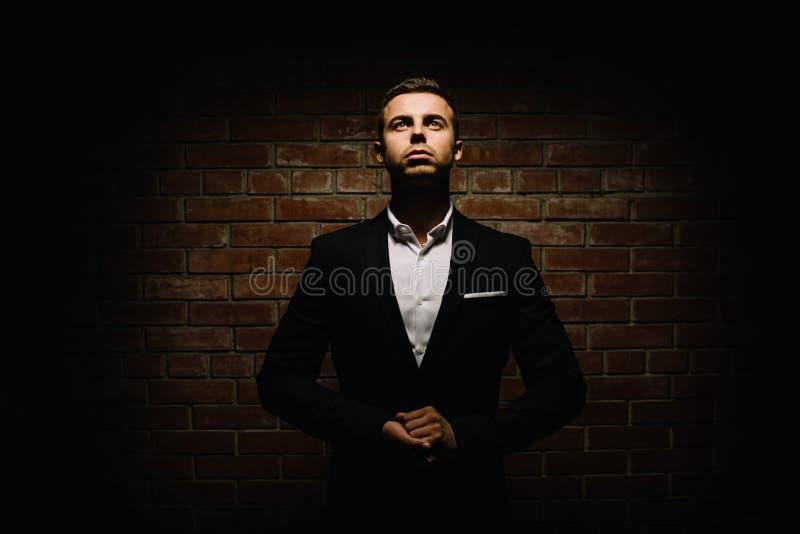 Knap jong donkerbruin model, die in zwart-wit kostuum dragen, royalty-vrije stock afbeeldingen