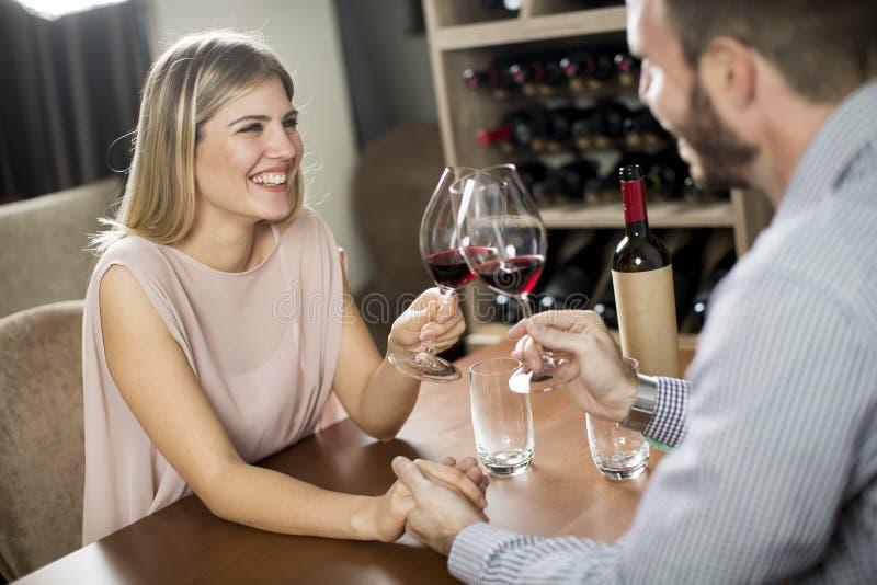 Knap jong paar op de datum in wijnbar royalty-vrije stock afbeeldingen