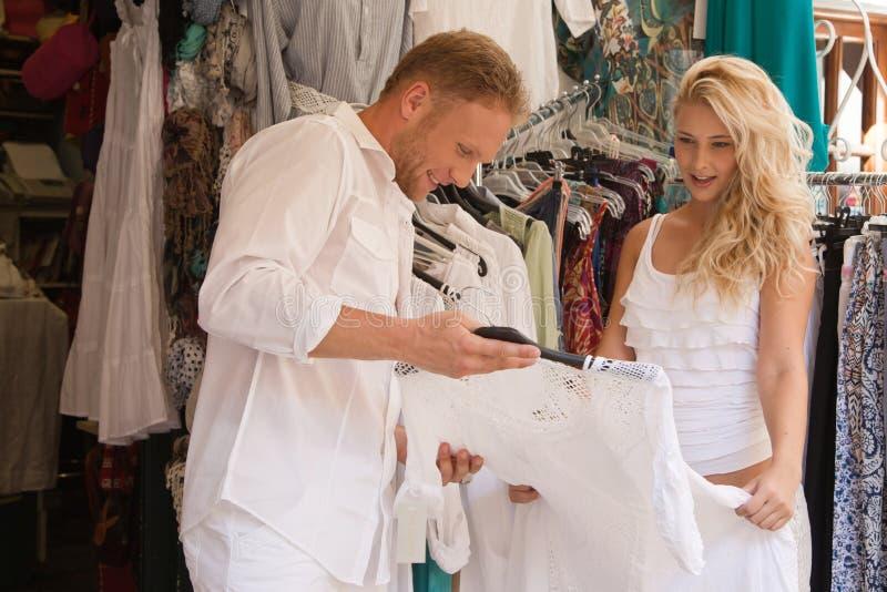 Knap jong paar op het winkelen reis op hun de zomervakantie. royalty-vrije stock foto's