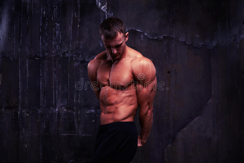 Knap mannetje die met naakt torso zijn grote lichaamsbouw aantonen royalty-vrije stock foto's