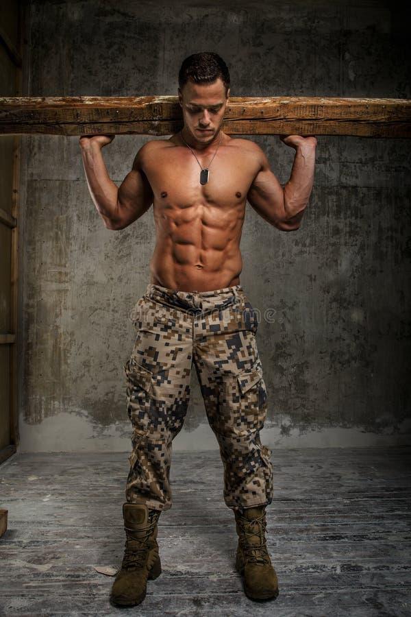 Knap mannetje met naakt torso stock foto