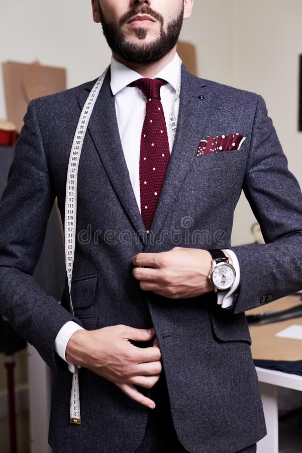 Knap Modelwearing bespoke suit stock afbeelding