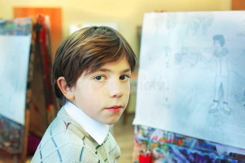 Knap preteen jongen op de kunstacademie royalty-vrije stock fotografie