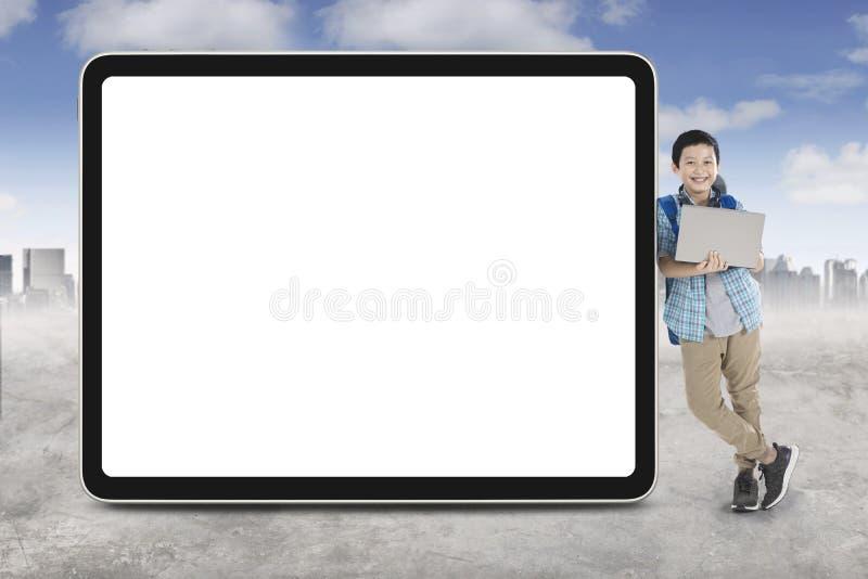 Knap preteen student leunt op een whiteboard royalty-vrije stock foto's