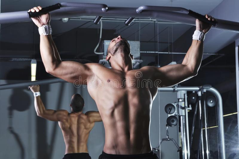 Knap Spier Mannelijk Modelwith perfect body die Trekkracht UPS doen stock fotografie