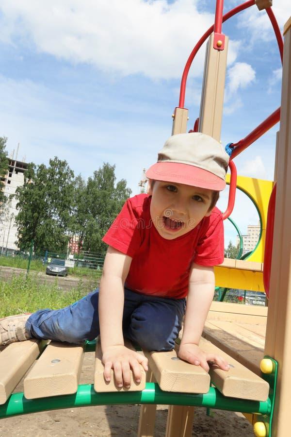 Knap stelt weinig jongen op speelplaats stock afbeelding