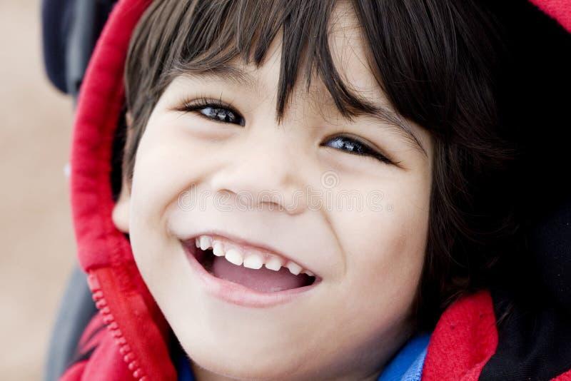 Knap weinig jongen die, close-up glimlacht stock foto's