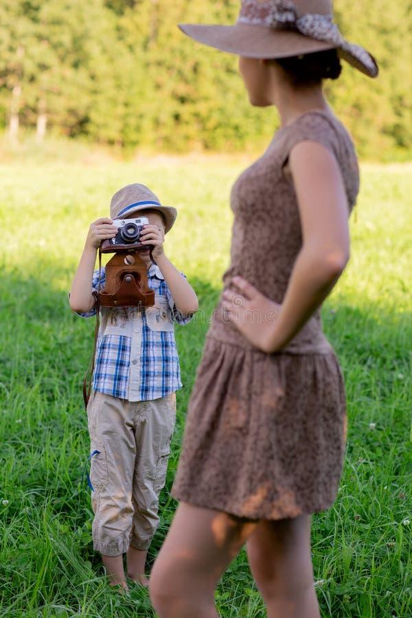 Knap weinig jongen met retro camera en meisjesmodel royalty-vrije stock fotografie