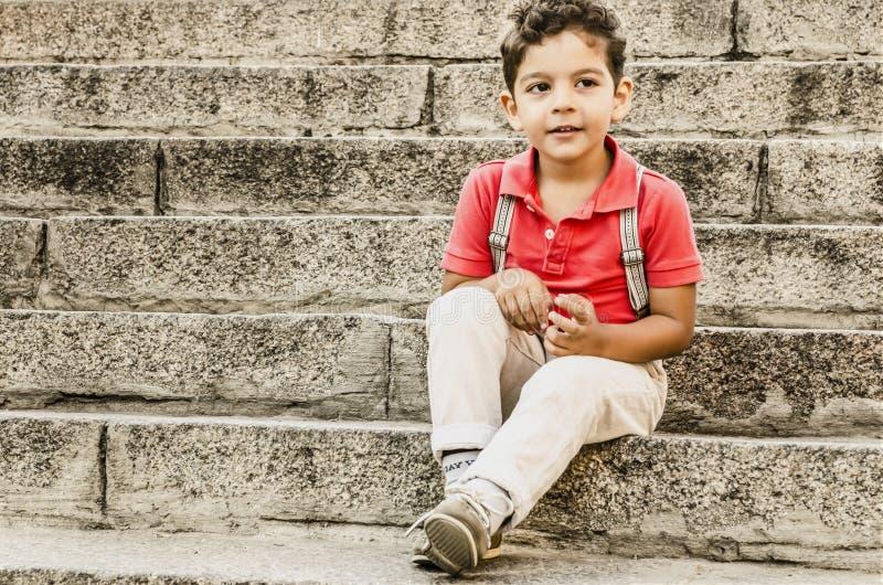 Knap Weinig portret van de jongensmanier stock afbeelding