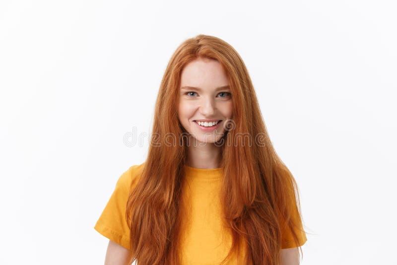 Knap wijfje met oprechte glimlach die zich haar succes verheugen die goede stemming hebben die haar positieve emoties tonen Vrouw stock foto