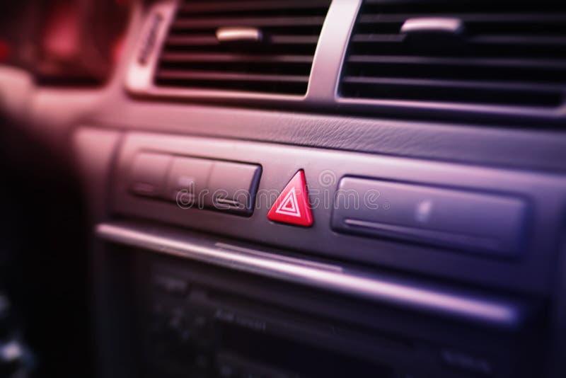 Knapp för nöd- ljus inom en bil royaltyfri bild