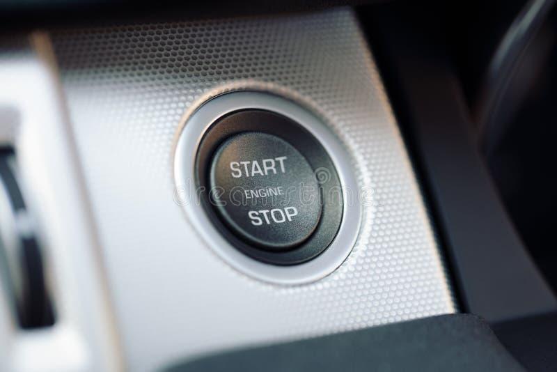 Knapp för start och för stopp för bilmotor på en hybrid- bil arkivbilder
