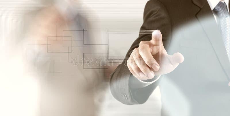 Knapp för trycka på för affärsmanhand med kontakten arkivbild