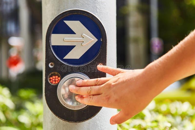 Knapp som aktiverar den gröna trafikljuset fotografering för bildbyråer