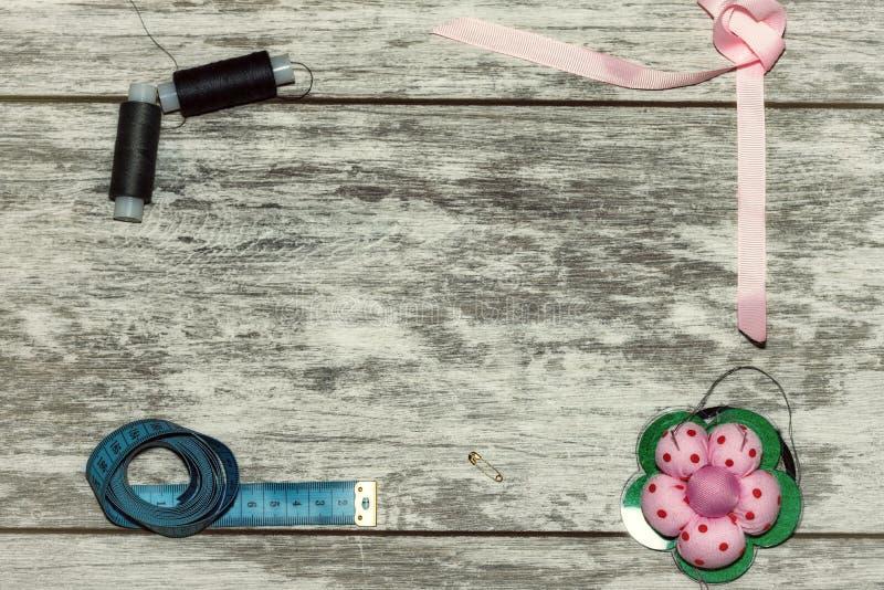 Knappar, band, tråd och visare för att sy fotografering för bildbyråer