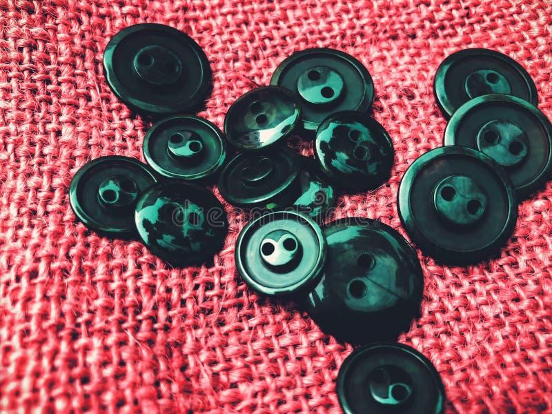 Knappar massor av knappar Knappar för att sy och hantverk arkivfoto