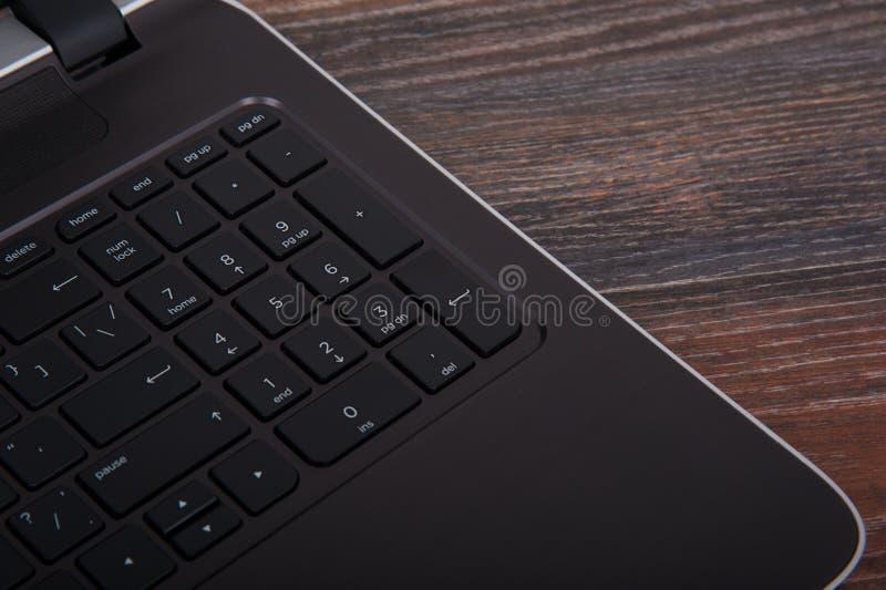 knappclosen skriver in upp den green markerade tangentbordbärbar dator fotografering för bildbyråer