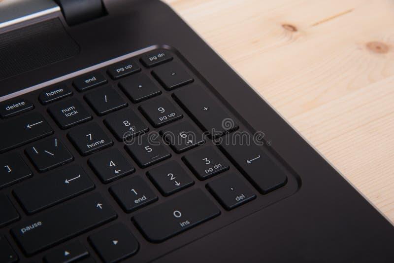 knappclosen skriver in upp den green markerade tangentbordbärbar dator royaltyfri foto