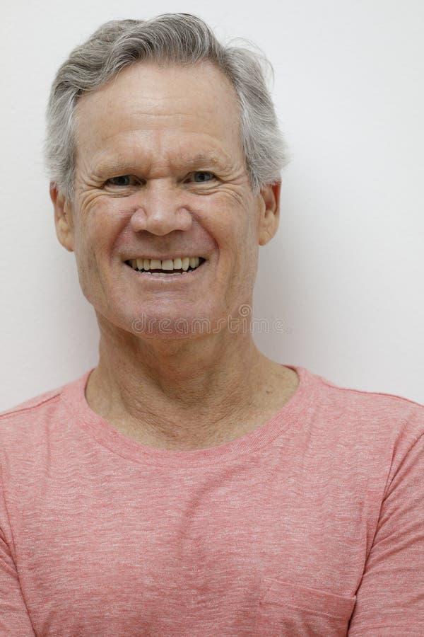 Knappe 65 éénjarigenmens die bij camera glimlachen royalty-vrije stock afbeeldingen