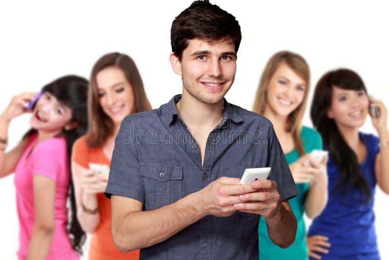 Knappe aantrekkelijke jonge mens die mobiele telefoon met behulp van royalty-vrije stock afbeelding