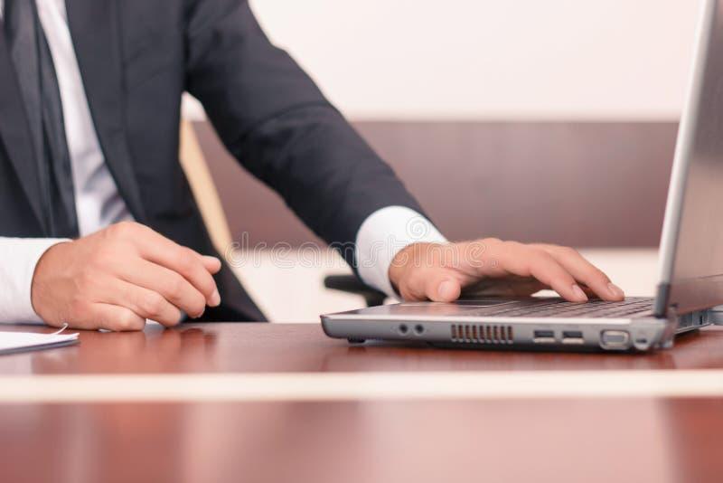 Knappe advocaat die aan zijn laptop werken royalty-vrije stock foto's