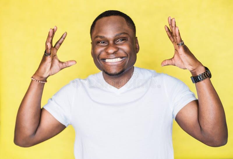 Knappe Afrikaanse Amerikaanse mens die iets groot gebaar tonen door handen royalty-vrije stock foto