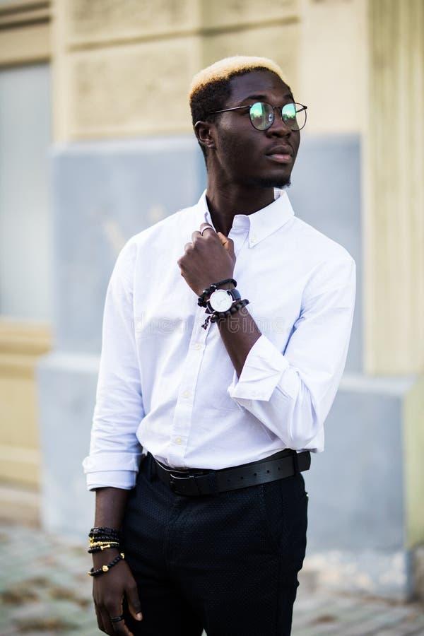 Knappe Afrikaanse Amerikaanse mens in witte t-shirt op de stadsstraat stock afbeelding