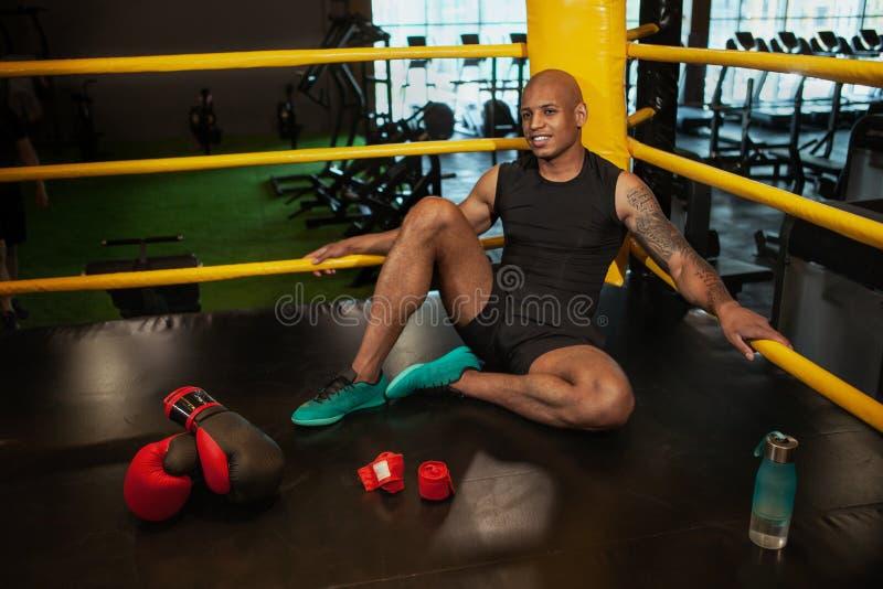 Knappe Afrikaanse mannelijke het in dozen doen vechter opleiding bij de gymnastiek royalty-vrije stock foto's