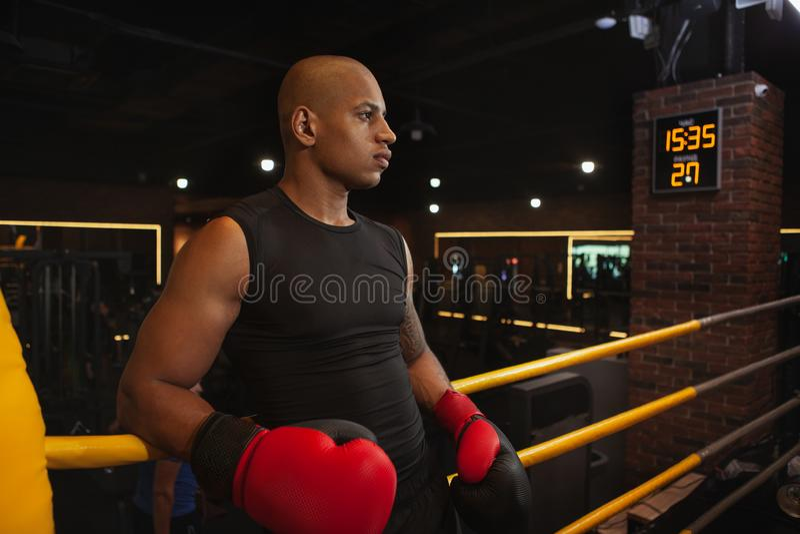 Knappe Afrikaanse mannelijke het in dozen doen vechter opleiding bij de gymnastiek stock foto