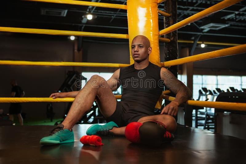 Knappe Afrikaanse mannelijke het in dozen doen vechter opleiding bij de gymnastiek royalty-vrije stock fotografie