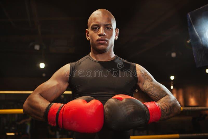 Knappe Afrikaanse mannelijke het in dozen doen vechter opleiding bij de gymnastiek royalty-vrije stock afbeelding