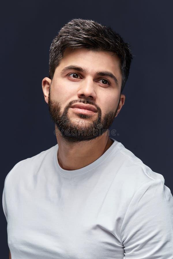 Knappe Arabische kerel die omhoog eruit zien stock foto's