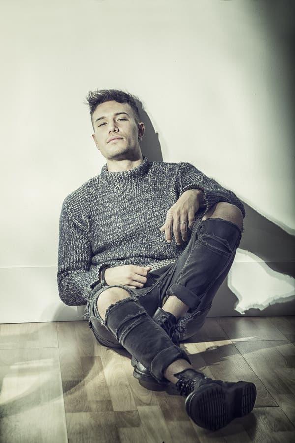 Knappe Aziatisch-witte jonge mens die grijze sweater dragen royalty-vrije stock afbeeldingen
