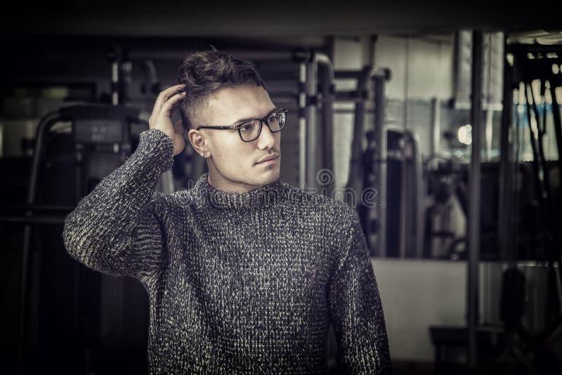 Knappe Aziatisch-witte jonge mens die grijze sweater dragen stock foto's
