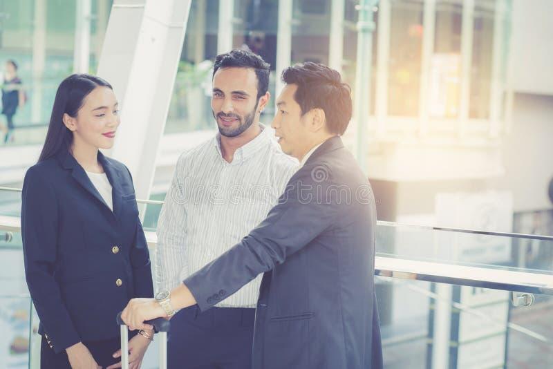 Knappe Aziatische jonge zakenman en onderneemster drie mensen stock afbeelding