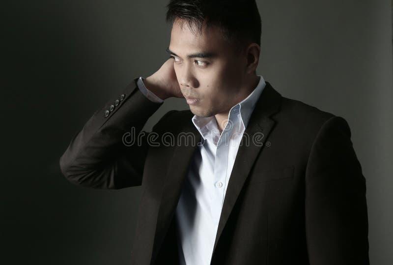Knappe Aziatische mens die een kostuum dragen royalty-vrije stock afbeelding