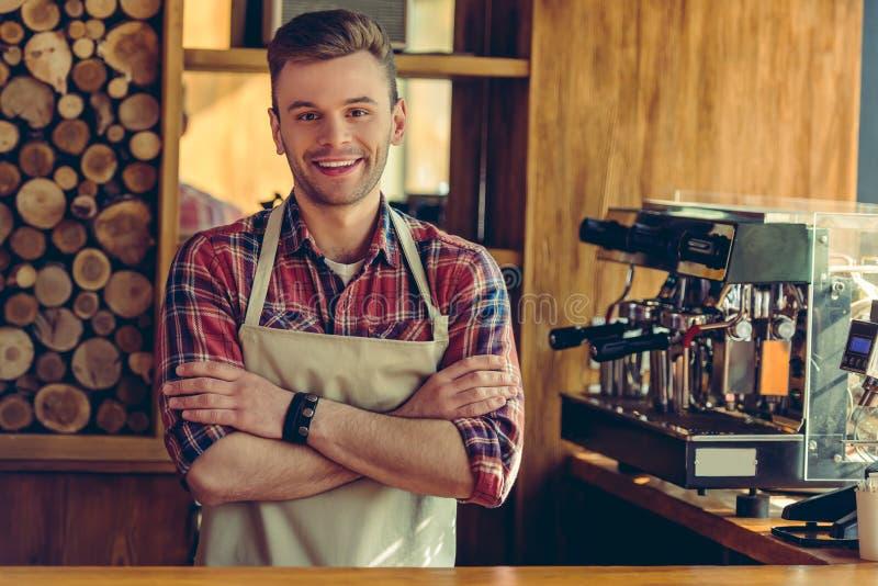 Knappe barista bij koffie stock foto