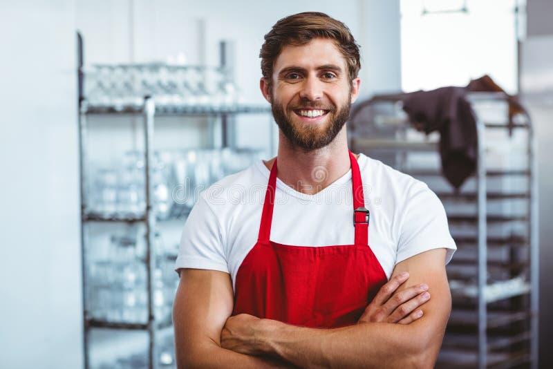 Knappe barista die bij de camera glimlachen royalty-vrije stock foto