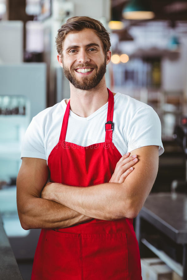 Knappe barista die bij de camera glimlachen royalty-vrije stock afbeeldingen
