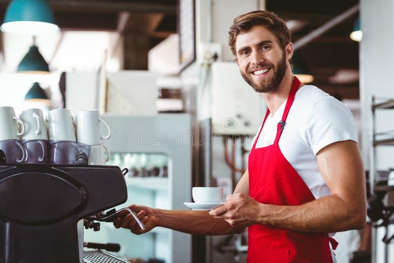 Knappe barista die een kop van koffie voorbereiden royalty-vrije stock afbeelding