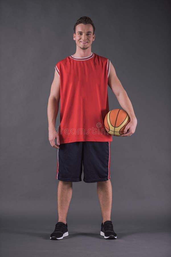 Knappe basketbalspeler stock fotografie