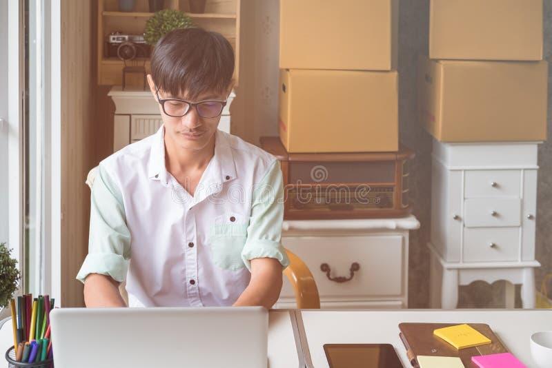 Knappe bedrijfsmens die op het kantoor werken royalty-vrije stock afbeelding