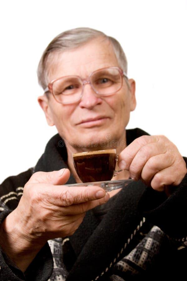 Knappe bejaarde het drinken koffie royalty-vrije stock foto's